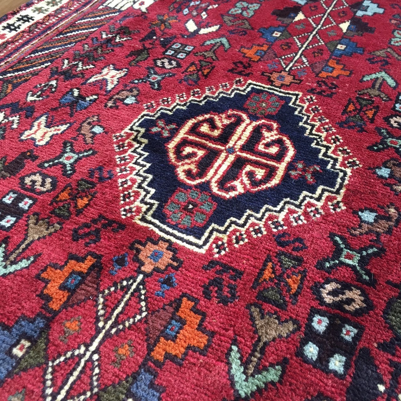 Persian Shiraz Hand knotted Tribal Wool Rug - 100 x 147 cm ...
